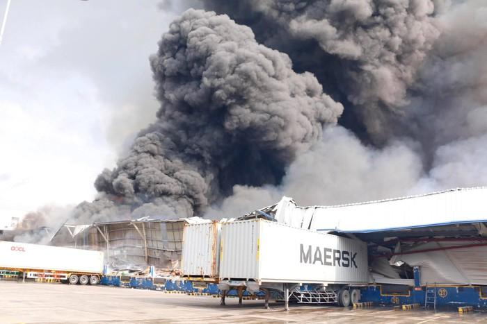 Đang cháy lớn tại KCN Sóng Thần 2, cột khói bốc cuồn cuộn hàng trăm mét - Ảnh 2
