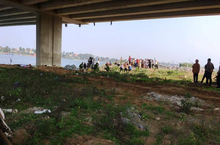 Nữ sinh lớp 12 nhảy xuống sông Đuống tự tử, 2 thanh niên lao xuống cứu bất thành - Ảnh 1