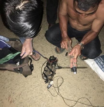 Quảng Nam: Dân vây bắt, đánh trọng thương 2 đối tượng mang súng điện đi trộm chó - Ảnh 1