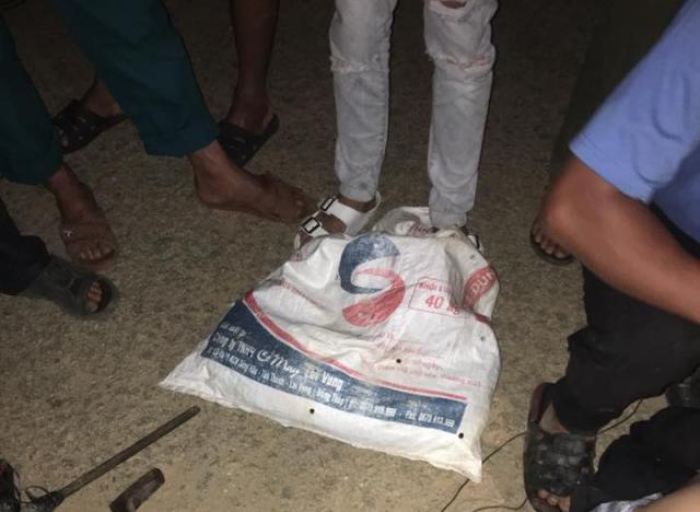 Quảng Nam: Dân vây bắt, đánh trọng thương 2 đối tượng mang súng điện đi trộm chó - Ảnh 2