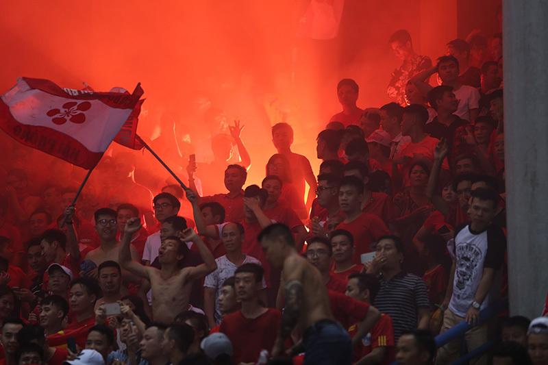 Tổng cục Thể dục thể thao yêu cầu kỷ luật nghiêm vụ CĐV Hải Phòng đốt pháo trên sân Hàng Đẫy - Ảnh 1