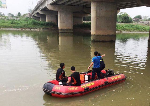 Manh mối từ đôi dép, phát hiện thi thể người phụ nữ dưới sông Thạch Hãn - Ảnh 2