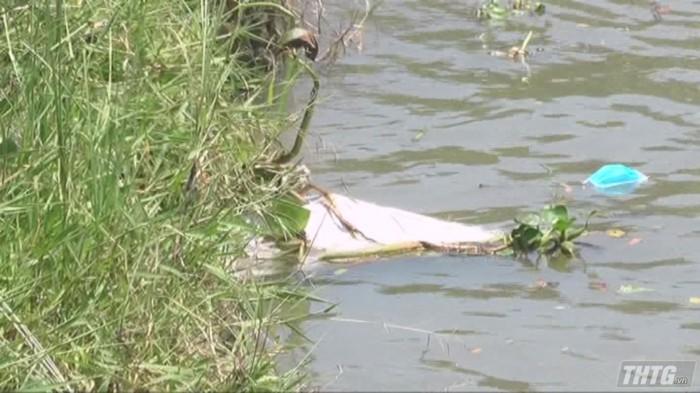 Rợn người phát hiện xác chết lõa thể nổi trên sông - Ảnh 1