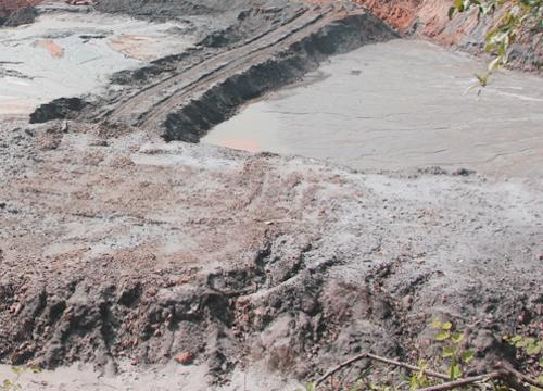 Đi mót quặng, một phụ nữ tử vong do sụt hố bùn thải - Ảnh 1
