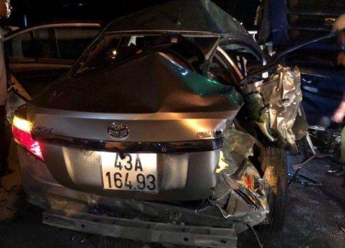 Ô tô con đấu đầu xe tải trước cửa hầm Hải Vân, 2 người chết, 3 người bị thương nặng - Ảnh 1