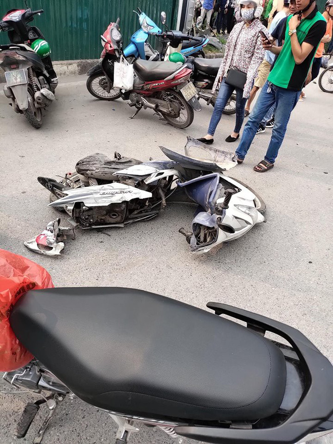 """Hà Nội: Nữ tài xế điều khiển """"xe điên"""" vượt đèn đỏ, đâm hàng loạt xe máy ở ngã tư Mai Dịch - Ảnh 1"""