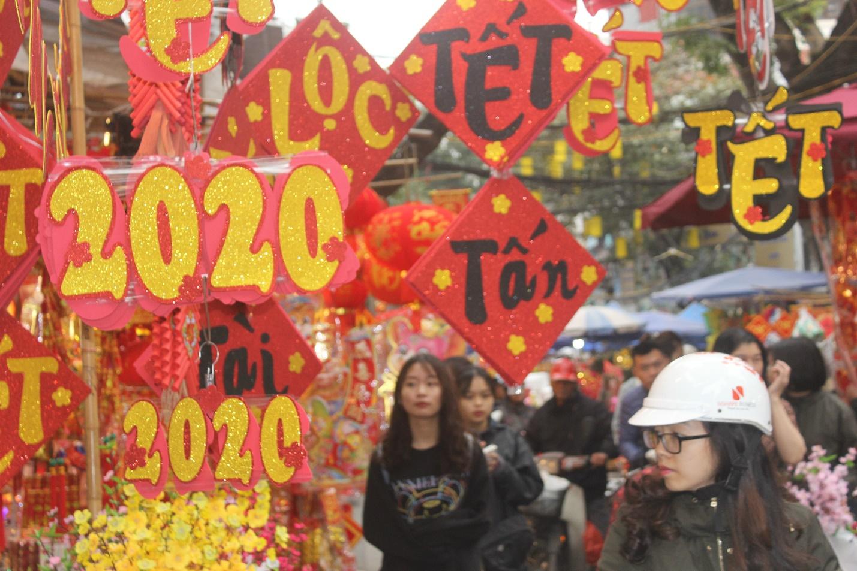 Người dân nô nức ghé thăm phiên chợ hoa Tết lâu đời nhất Hà Nội trong ngày rét ngọt  - Ảnh 2