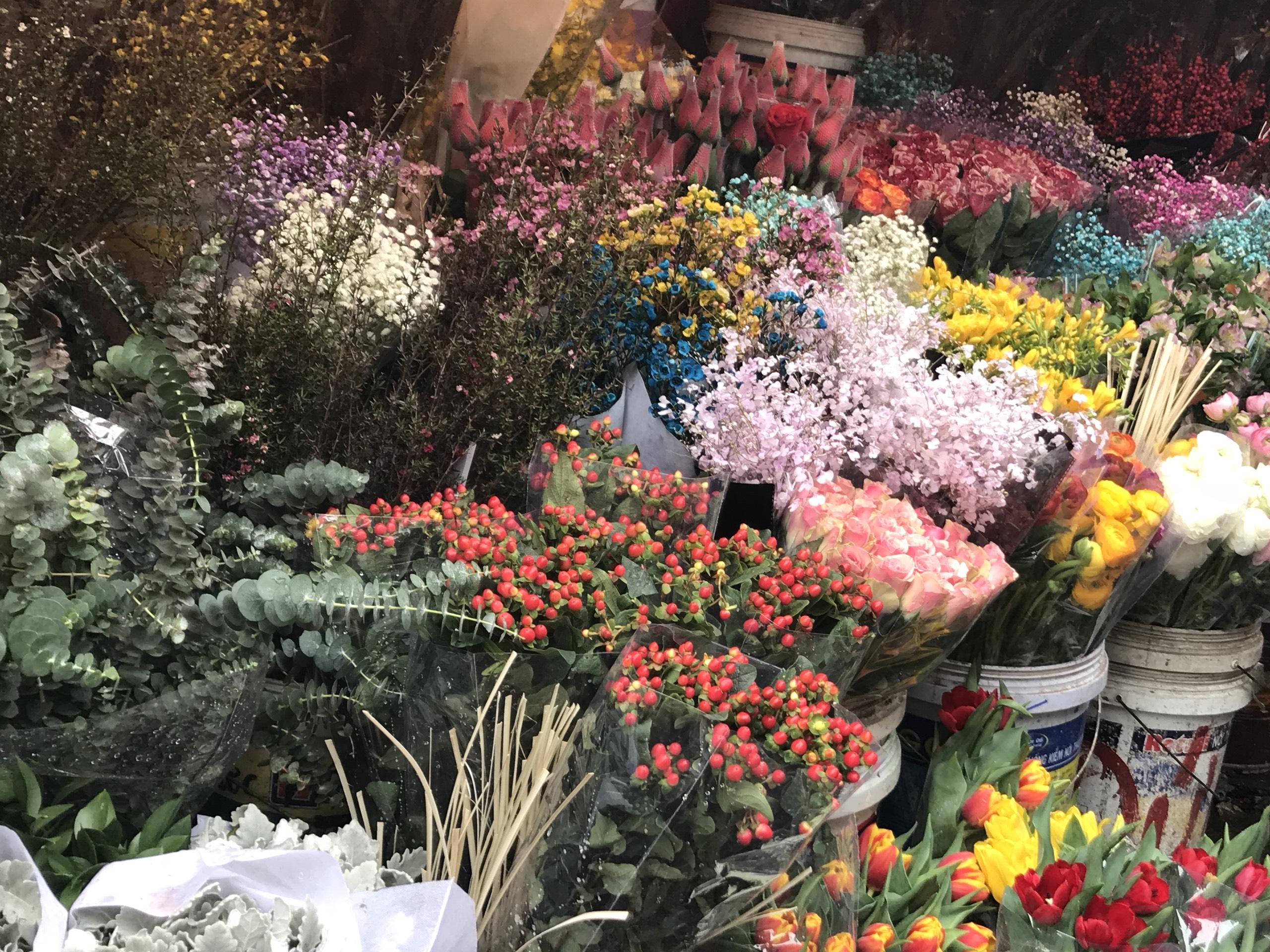 Chợ hoa Quảng An tấp nập những ngày cuối năm, đào, mai khoe sắc chào xuân mới - Ảnh 22