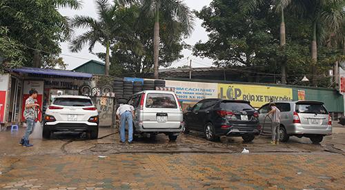 """Rửa xe, dịch vụ """"hốt bạc"""" trước ngày Tết: Giá 200 nghìn đồng/lượt, khách vẫn ùn ùn xếp hàng - Ảnh 4"""