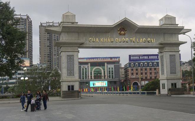 Trung Quốc bàn giao 4 công dân Việt Nam bị sốt về nước điều trị, cách ly - Ảnh 1