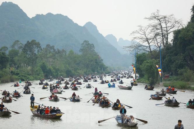 Hơn 4 vạn du khách trẩy hội chùa Hương ngày mùng 5 Tết - Ảnh 2