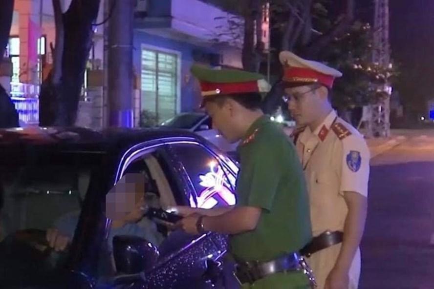 Vi phạm nồng độ cồn, bằng lái hết hạn, tài xế ở Quảng Trị bị phạt 40 triệu đồng - Ảnh 1