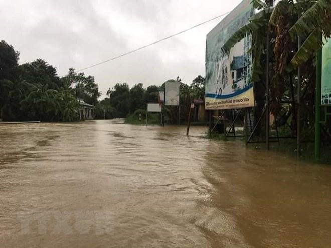 Mưa lũ lịch sử ở Huế, nửa đêm giải cứu người dân bị kẹt do nước dâng cao - Ảnh 2
