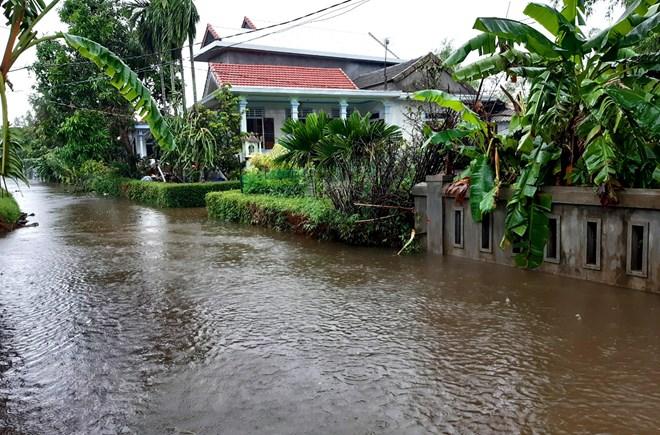 Mưa lũ lịch sử ở Huế, nửa đêm giải cứu người dân bị kẹt do nước dâng cao - Ảnh 3