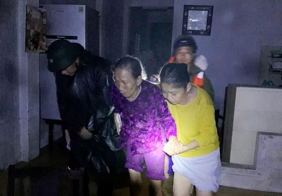 Mưa lũ lịch sử ở Huế, nửa đêm giải cứu người dân bị kẹt do nước dâng cao - Ảnh 4