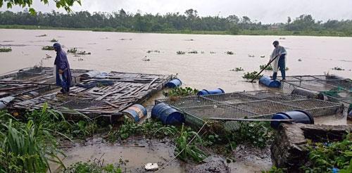 Mưa lũ lịch sử ở Huế, nửa đêm giải cứu người dân bị kẹt do nước dâng cao - Ảnh 5