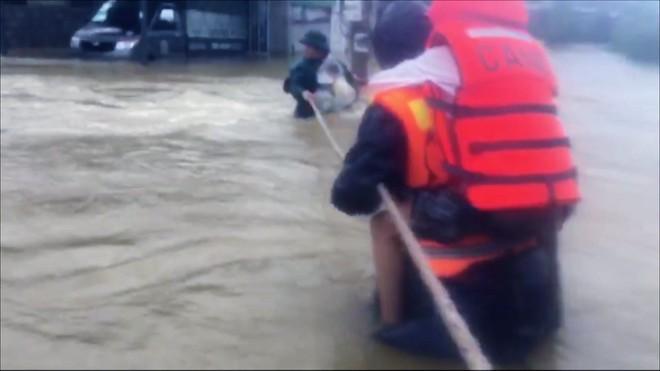 Mưa lũ lịch sử ở Huế, nửa đêm giải cứu người dân bị kẹt do nước dâng cao - Ảnh 6