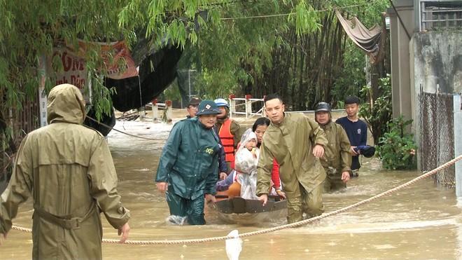 Mưa lũ lịch sử ở Huế, nửa đêm giải cứu người dân bị kẹt do nước dâng cao - Ảnh 7