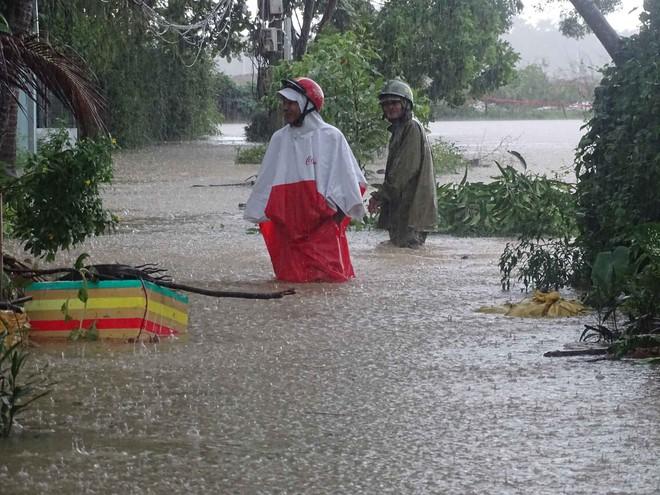 Mưa lũ lịch sử ở Huế, nửa đêm giải cứu người dân bị kẹt do nước dâng cao - Ảnh 8