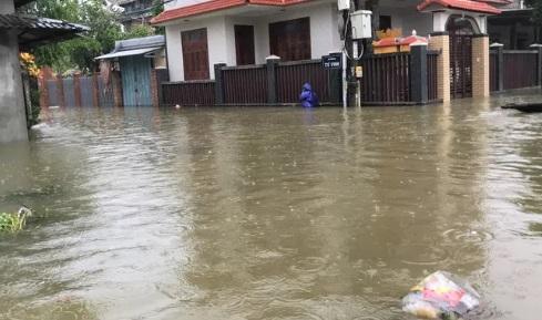 Mưa lũ lịch sử ở Huế, nửa đêm giải cứu người dân bị kẹt do nước dâng cao - Ảnh 9