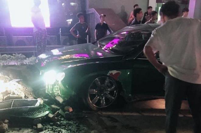 Siêu xe Bentley xanh lá 25 tỷ đồng bị nát đầu, bung túi khí giữa Hà Nội - Ảnh 1
