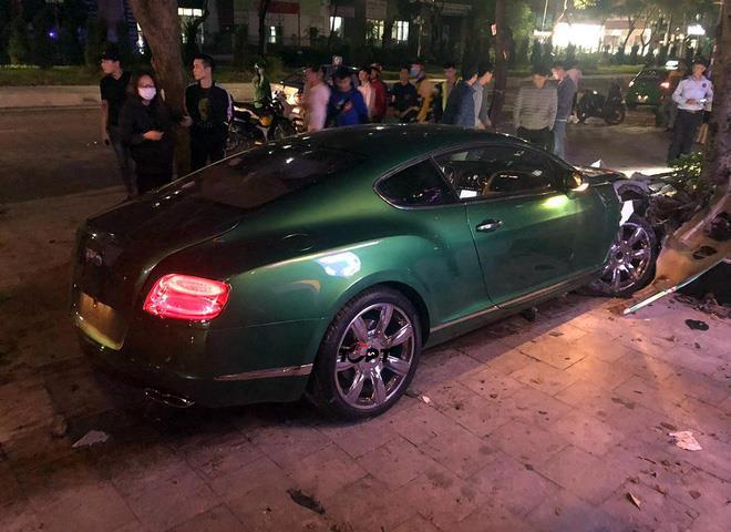 Siêu xe Bentley xanh lá 25 tỷ đồng bị nát đầu, bung túi khí giữa Hà Nội - Ảnh 3