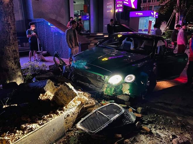 Siêu xe Bentley xanh lá 25 tỷ đồng bị nát đầu, bung túi khí giữa Hà Nội - Ảnh 4