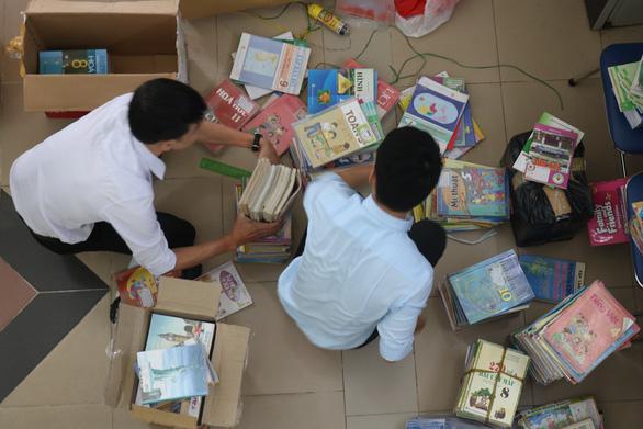 Học sinh, giáo viên cả nước ủng hộ sách vở cho trẻ em vùng lũ miền Trung - Ảnh 6