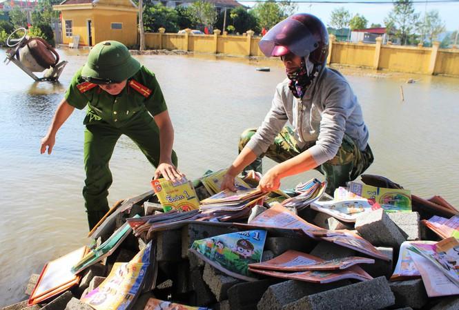 Học sinh, giáo viên cả nước ủng hộ sách vở cho trẻ em vùng lũ miền Trung - Ảnh 1