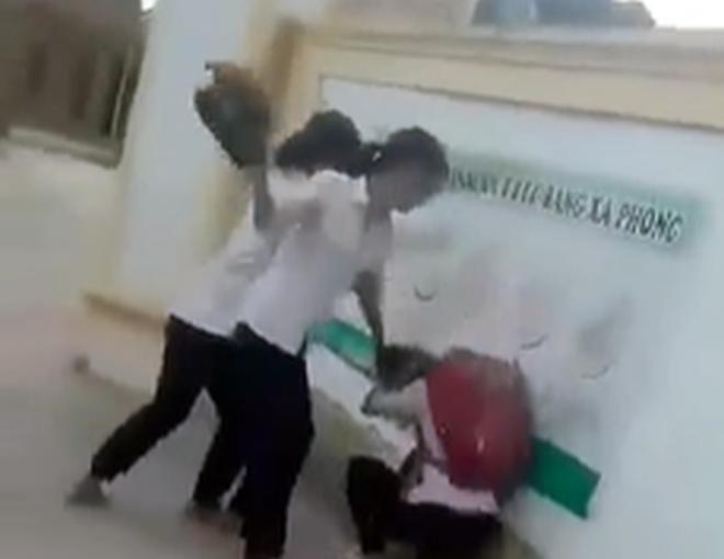 Vụ clip dùng mũ bảo hiểm đánh hội đồng bạn trước cổng trường: Kỷ luật 4 nữ sinh - Ảnh 1