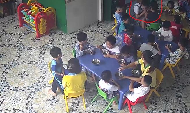 Video: Cô giáo mầm non đánh, cắn trẻ trong giờ ăn bị tạm đình chỉ - Ảnh 1