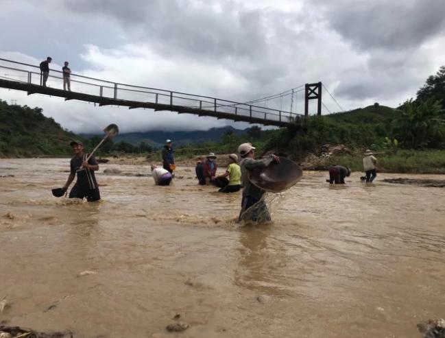 Video: Hàng trăm người, có cả trẻ 13-14 tuổi đổ xô đãi vàng ở sông Đắk Broai - Ảnh 1