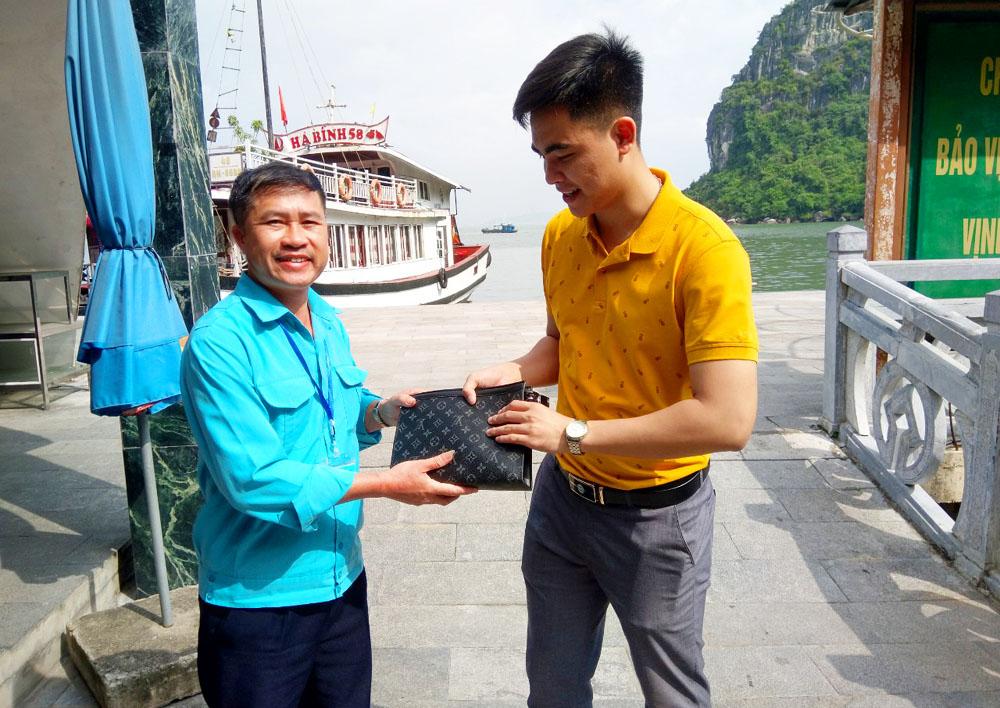Bỏ quên ví trên tàu, du khách tham quan vịnh Hạ Long nhận lại tài sản - Ảnh 1