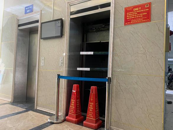 Hiện trường vụ thang máy chung cư rơi tự do từ tầng 5, 2 người bị thương - Ảnh 5