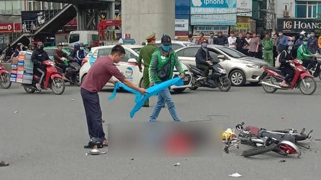 Hiện trường vụ xe tải tông tử vong người phụ nữ đi xe đạp điện rồi bỏ chạy - Ảnh 1