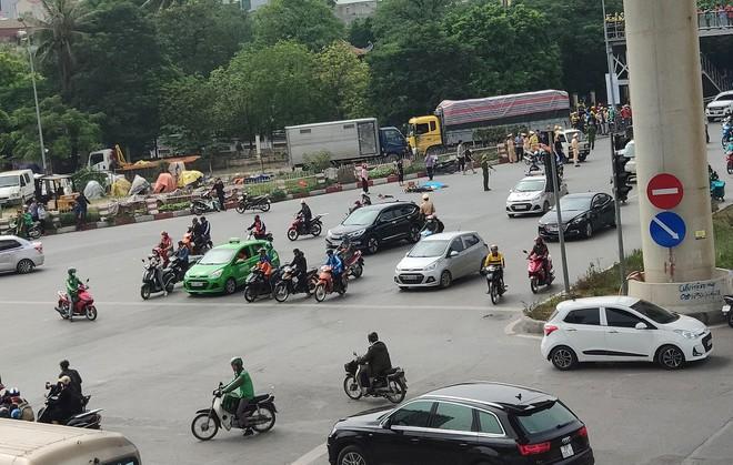 Hiện trường vụ xe tải tông tử vong người phụ nữ đi xe đạp điện rồi bỏ chạy - Ảnh 2