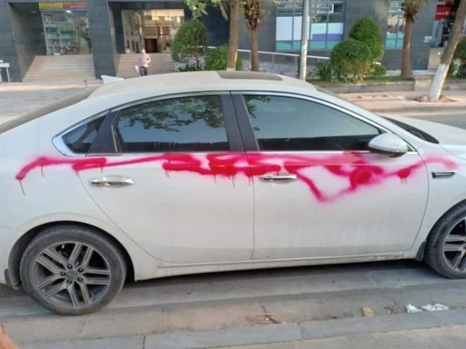 """5 chủ xe """"khóc thét"""" khi ô tô bị kẻ lạ xịt sơn đỏ tại khu đô thị ở Hà Nội - Ảnh 1"""