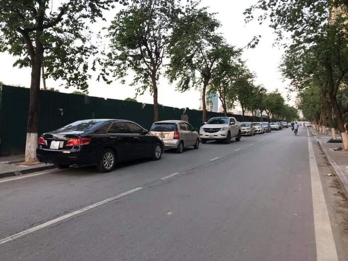"""5 chủ xe """"khóc thét"""" khi ô tô bị kẻ lạ xịt sơn đỏ tại khu đô thị ở Hà Nội - Ảnh 2"""