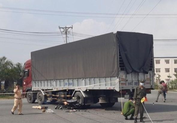 Tin tai nạn giao thông ngày 13/12: Xe máy đâm thẳng bánh xe tải, nam thanh niên tử vong tại chỗ - Ảnh 1
