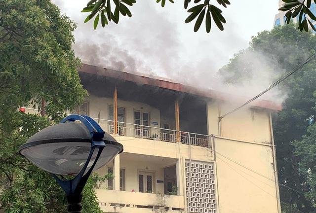 Sau tiếng nổ lớn, tòa nhà trong trụ sở bộ Xây dựng bốc cháy - Ảnh 1