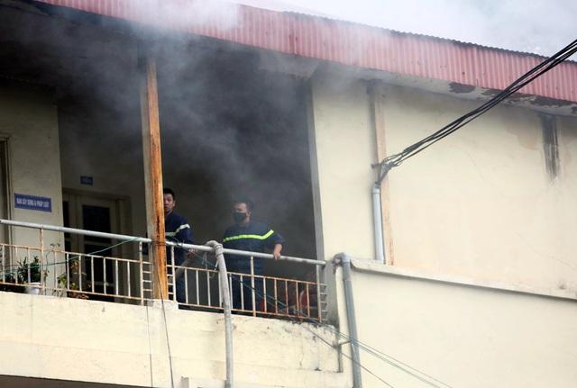 Sau tiếng nổ lớn, tòa nhà trong trụ sở bộ Xây dựng bốc cháy - Ảnh 2