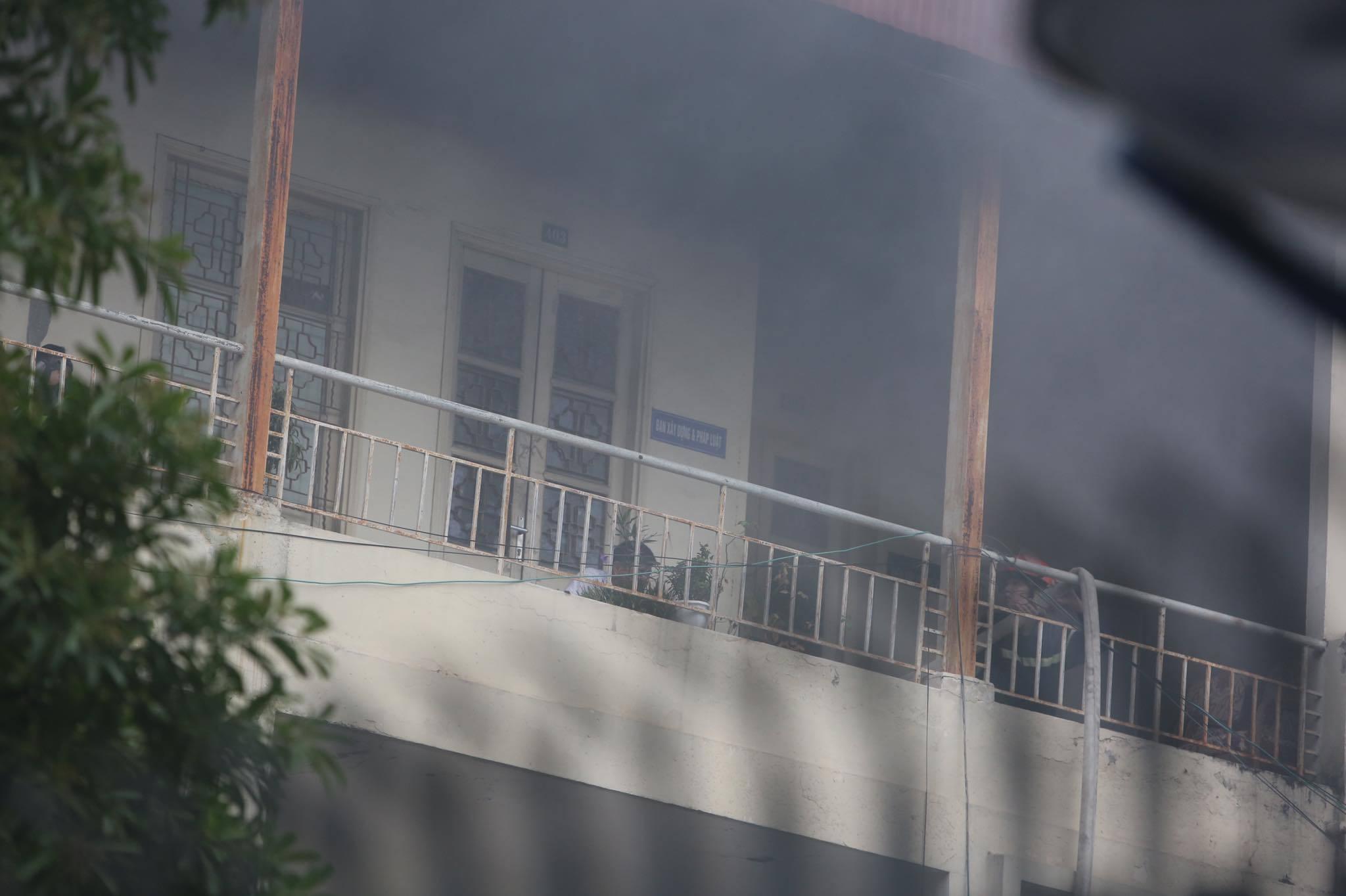Sau tiếng nổ lớn, tòa nhà trong trụ sở bộ Xây dựng bốc cháy - Ảnh 3