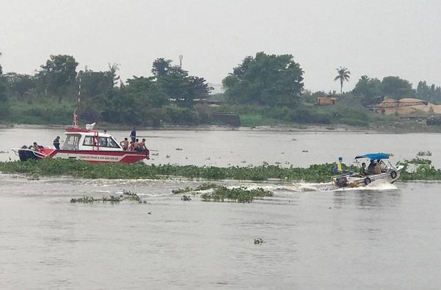 Vụ sà lan tông chìm ghe trên sông Sài Gòn: Chồng bơi vào bờ, vợ mất tích - Ảnh 1