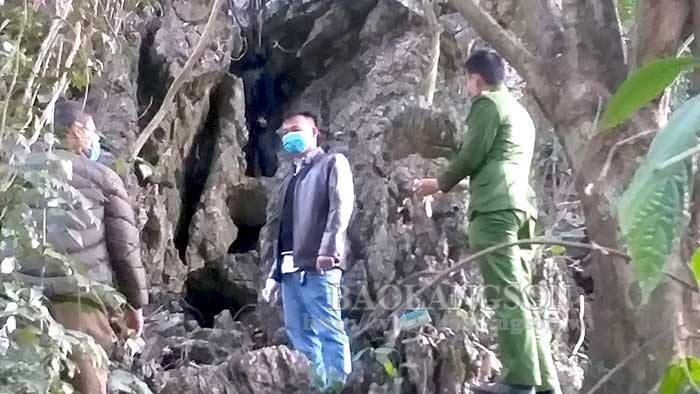 """Tá hỏa phát hiện thi thể người đàn ông """"bí ẩn"""" treo cổ trong khe đá ở Lạng Sơn - Ảnh 1"""