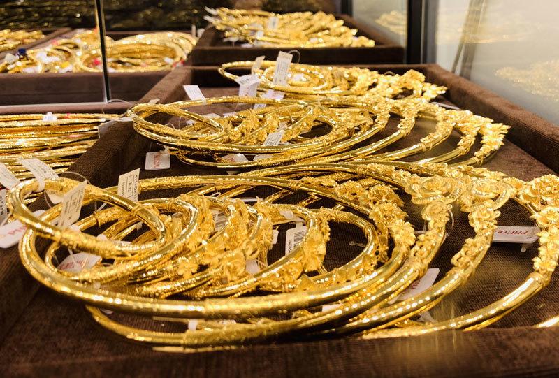Giá vàng hôm nay 23/12/2020: Giá vàng SJC tiếp tục lao đốc - Ảnh 1
