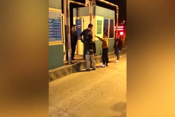 2 cha con tự xưng là công an, hành hung nhân viên trạm BOT ở Thái Bình - Ảnh 1
