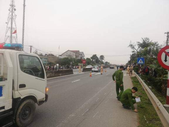 Ô tô con kéo lê xe máy 300m, nữ giáo viên mầm non tử vong - Ảnh 1