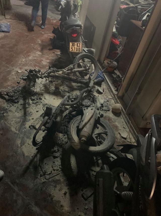Khống chế đối tượng đốt xe máy, phá mái tôn xông vào nhà đâm chết em rể ở Hà Nội - Ảnh 2