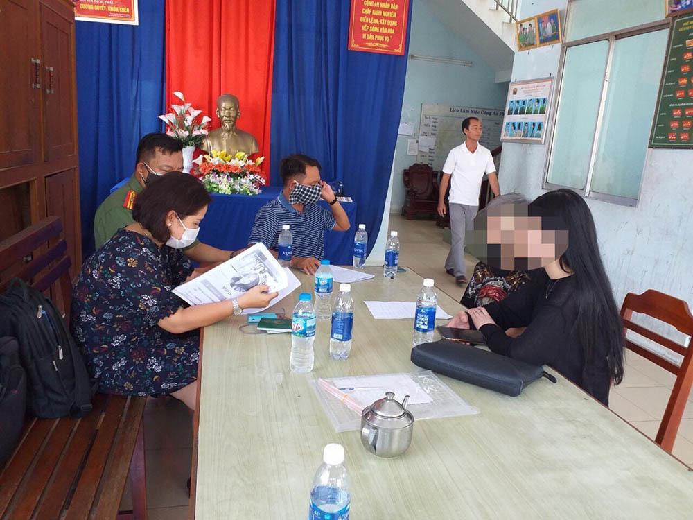 Công an làm việc với cô gái về từ Hàn Quốc hướng dẫn cách để không bị cách ly - Ảnh 1