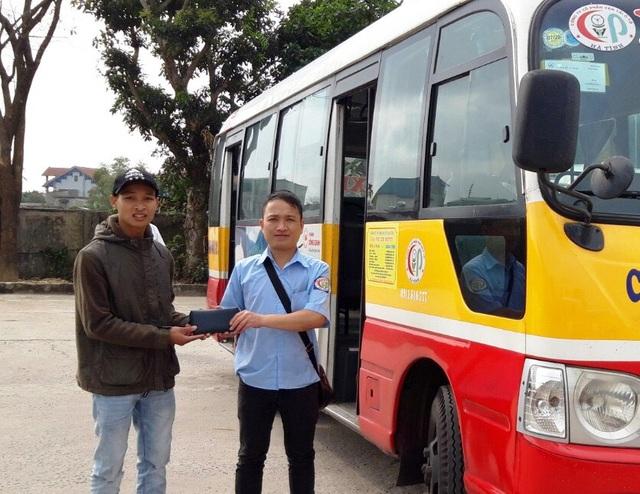 Nhặt được hơn 15 triệu đồng, nhân viên xe buýt ở Hà Tĩnh trả lại khách đánh rơi - Ảnh 1